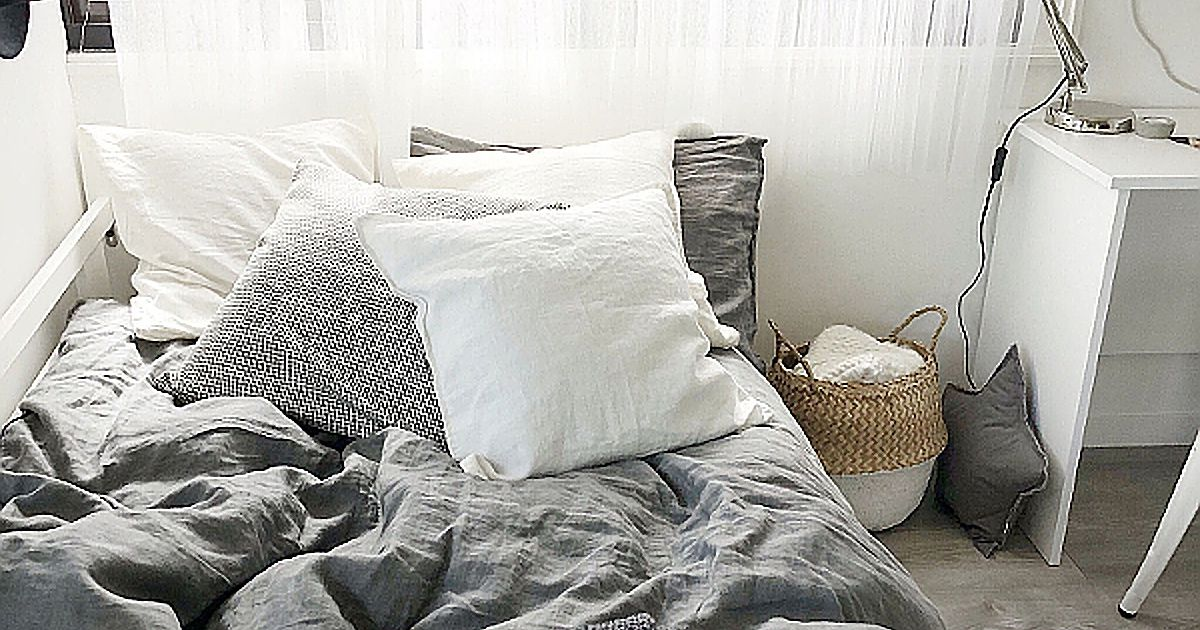 ワンルームのモノトーンのベッド