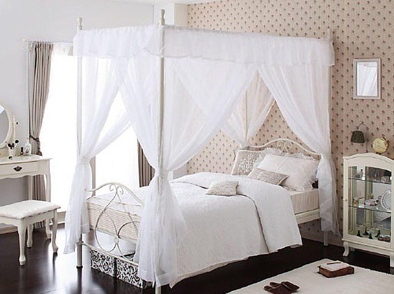 天蓋付きのベッド