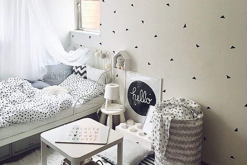 白いベッドを配置したモノトーン
