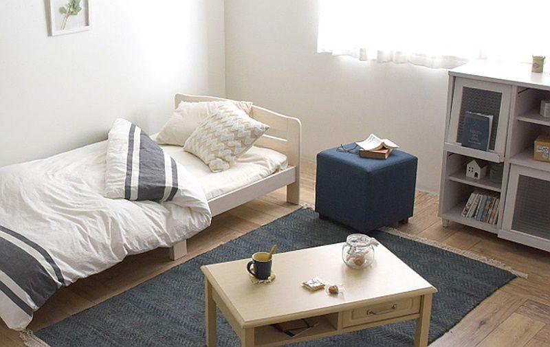 部屋を広く見せる白いベッド