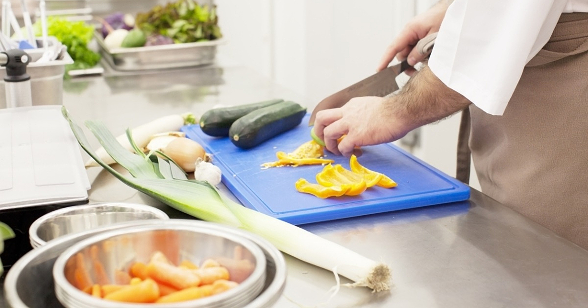 キッチンで料理する