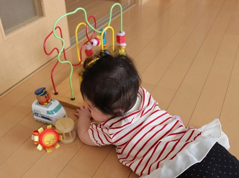 おもちゃに向かう赤ちゃん