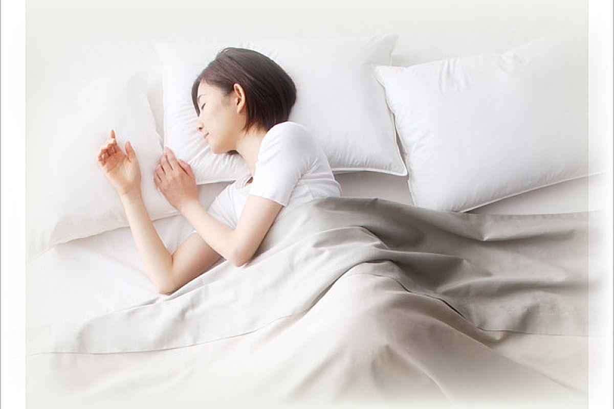 ウレタンマットレスで寝る女性